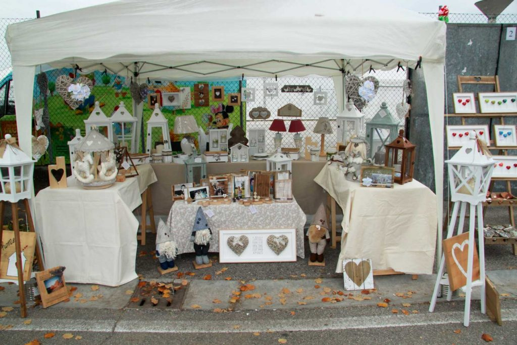 Lungo via Pola, mercatini dell'artigianato